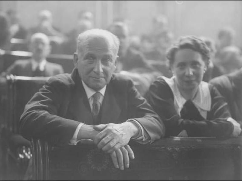 francisco-largo-caballero-y-margarita-nelken-en-sus-escac3b1os-del-congreso-19-12-1933-foto-luis-ramon-marin-fundacion-pablo-iglesias