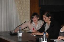 Ana G y Maga, compartiendo con afecto nuestro libro.
