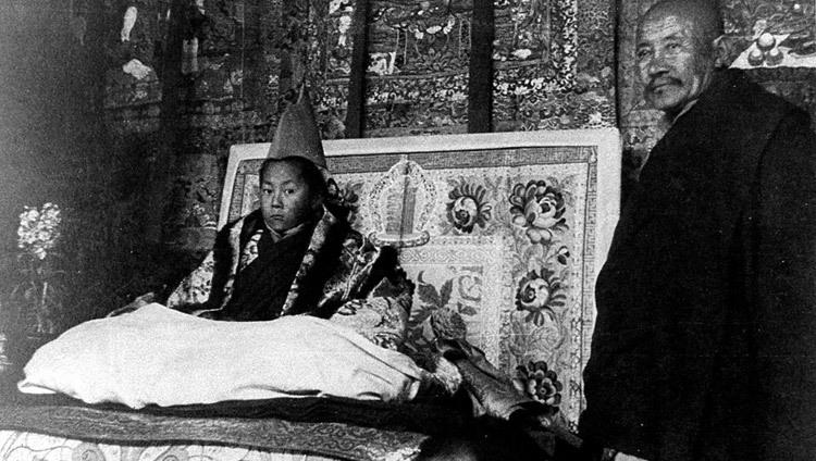 Su Santidad sentado en el trono durante su ceremonia oficial de entronización en Lhasa, Tibet, el 22 de febrero de 1940. (Foto/OHHDL)