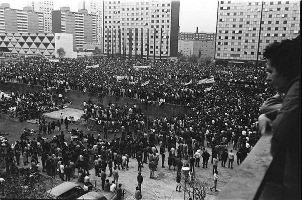 Estudiantes reunidos en la Plaza de las Tres Culturas antes de la masacre de Tlatelolco (1968).
