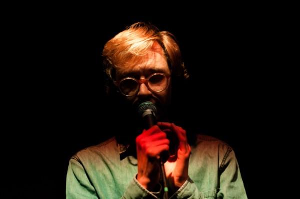 Erlend Øye durante una presentación en 2014. Foto: Philippe Thiers.