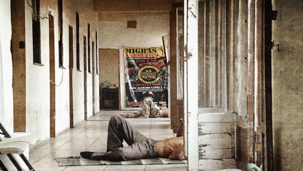 Hotel de Paso Un viejo hotel de paso, ubicado en la zona roja de Mexicali, en la frontera entre México y Estados Unidos, recibe a diario a cientos de migrantes que buscan alcanzar el sueño americano. La mayoría de sus huéspedes son deportados que convierten este hotel en una casa temporal mientras resuelven su situación migratoria. El tiempo transcurre y los huéspedes se enfrentan a la realidad implacable y devastadora del espejismo de sus sueños.