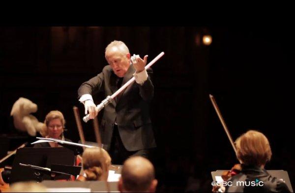 Foto: Bramwell Tovey dirigiendo a la Vancouver Symphony Orchestra.