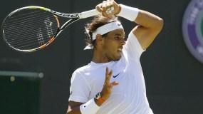 Rafael Nadal en plena acción durante una competencia internacional.