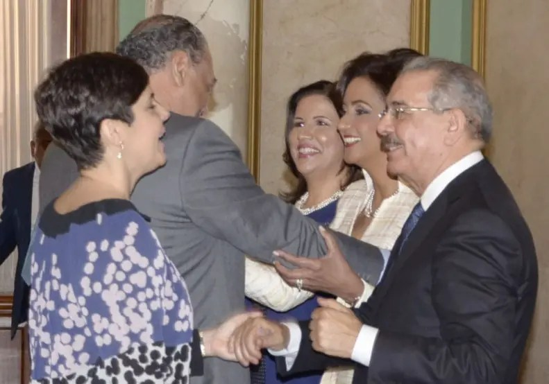 El presidente Danilo Medina recibió los saludos  de representantes de la iglesia y  de un reducido grupo de ministros  del gobierno y de los miembros de las altas cortes de la República Dominicana/foto Jose de Leon