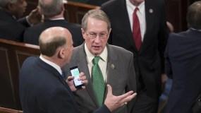 El representante Louie Gohmert, republicano de Texas, a la izquierda, habla con el representante Bob Goodlatte, en la Cámara de Representantes en el Capitolio de Washington. AP