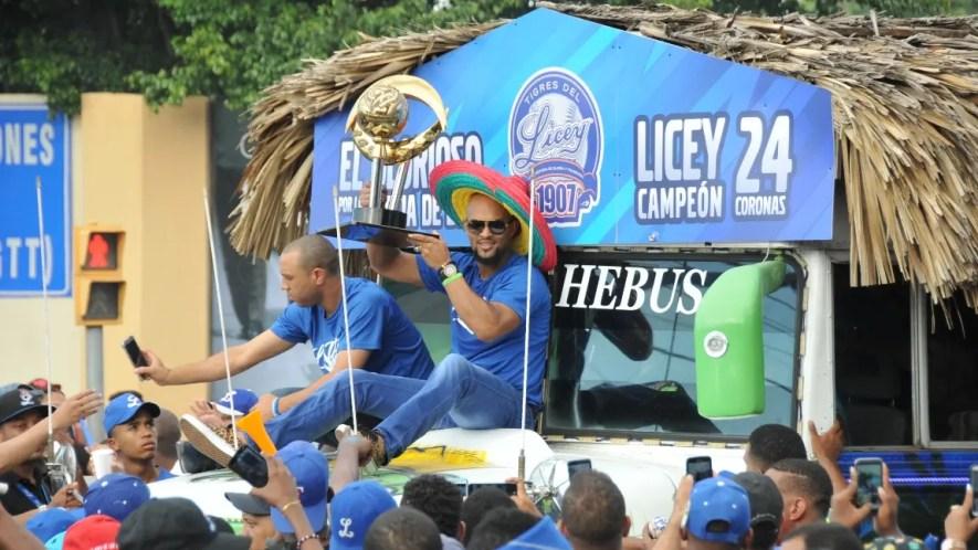 Emilio Bonifacio, capitán de los Tigres del Licey  exhibe el trofeo de los campeones. Alberto Calvo.