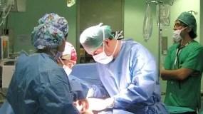 Cuenca, 22/01/11.-Imagen de una de las intervenciones realizadas por los profesionales de la Unidad de Angiología y Cirugía Vascular del Hospital Virgen de la Luz de Cuenca. (Foto: María Jesús)