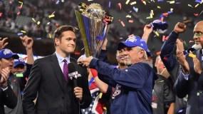 El veterano dirigente Jim Leyland recibe el trofeo de Estados Unidos como campeones del Clásico.