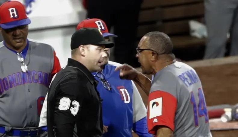 El manager Tony Peña discute fuerte una jugada con el árbitro.