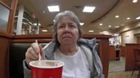 Su hijo, Joey, está haciendo una serie de videos documentando cómo la pérdida de memoria de Molly está afectando sus vidas.
