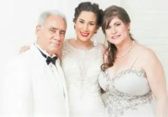 La fallecidaera esposa del señor Leandro Acosta, diácono de la parroquiaEl Buen Pastor, quien le acompaña en esta foto junto a una joven cuya identidad desconocemos.