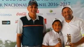 Rafael Villalona junto a los ganadores José y Pedro Víctoriano, quienes muestran los trofeos.