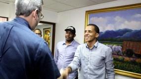 Luis Abinader saluda a Yimi Zapata, presidente elector de la FED.