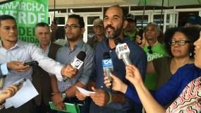 Manuel Robles habla durante una rueda de prensa frente a la Procuraduría General de la República.