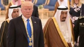 El presidente estadounidense Donald Trump camina con el rey saudí Salman bin Abdulaziz al-Saud después de recibir la Medalla de Abdulaziz al-Saud de la Corte Real Saudita en Riyadh. AFP