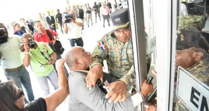Periodistas Ramón Benzan es agredido por seguridad en la Procuraduria. Foto:  @Hoglabetiza .