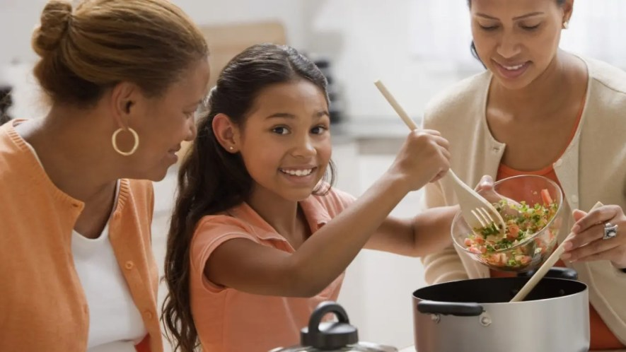 Con la supervisión de los adultos ellos pueden aprender los diferentes trucos a la hora de elaborar las comidas.
