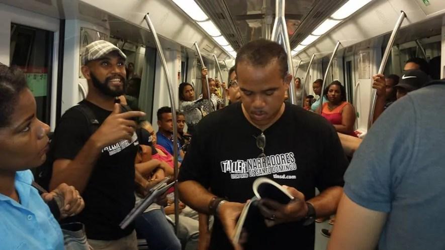 Rodolfo Báez presenta al escritor Daniel Polanco en el Metro de Santo Domingo.