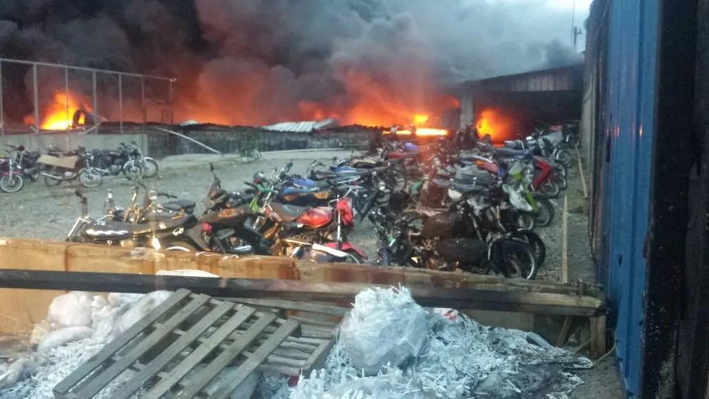 Choque tanquero incendia empresa Termo Envase zona industrial de Haina