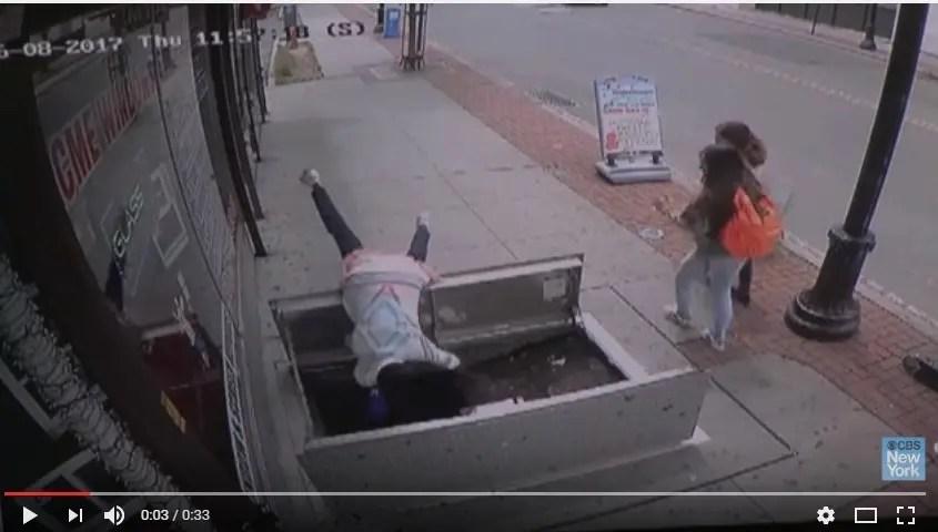 Resultado de imagen para Mujer cae por un hoyo en la acera mientras textea