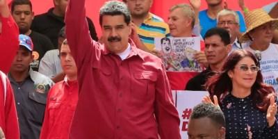 El presidente Nicolás Maduro rodeado de seguidores chavistas. AP
