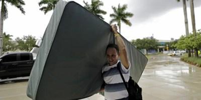 Héctor Padrón lleva su colchón mientras los evacuados son trasladados a otro edificio con más baños mientras se refugian en la Universidad Internacional de Florida antes del huracán Irma en Miami. AP