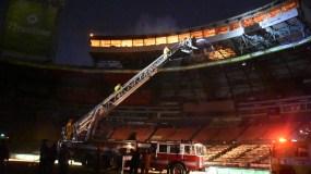 El fuego, que duró   más de dos horas, destruyó los palcos de prensa y  de   transmisión del estadio Quisqueya de la Capital.