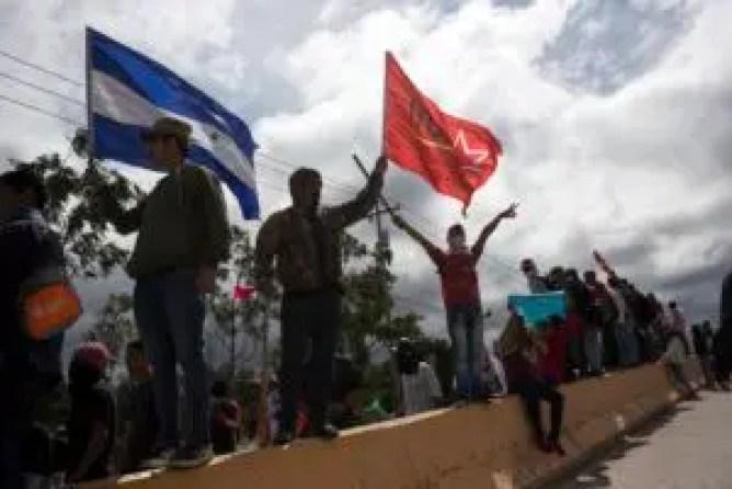 Seguidores del candidato opositor Salvador Nasralla gritan consignas contra el gobierno cerca del lugar donde se guardan los votos de los pasados comicios presidenciales en Tegucigalpa, Honduras, el jueves 30 de noviembre de 2017. (AP Foto/Rodrigo Abd)