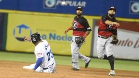 El intermedista rojo Rafael Ynoa lanza a primera base para  una doble matanza, luego de poner fuera en segunda a Yermín Mercedes.