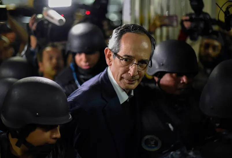El expresidente de Guatemala Álvaro Colom al momento de ser arrestado.