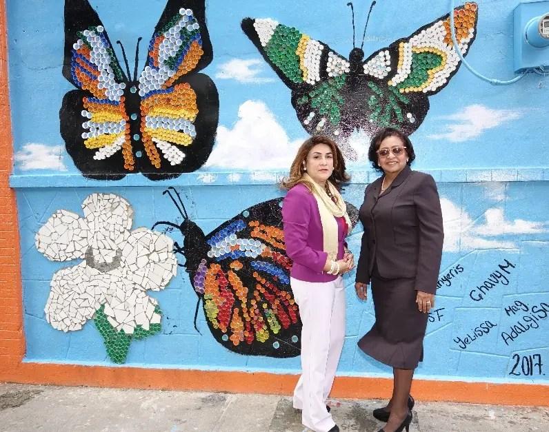 Adalgisa Castillo y Sara Henríquez frente al  mural.