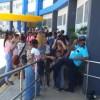 Adultos y niños hacían fila en la Maternidad de Los Mina a espera de ser vacunados. Foto: Johanna García