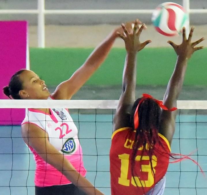 Gaila González ejecuta un potente remate en un partido del torneo distrital.