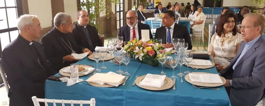 Monseñor  Ozoria durante  encuentro con propietarios y  directores de medios de comunicación  .  Fuente externa