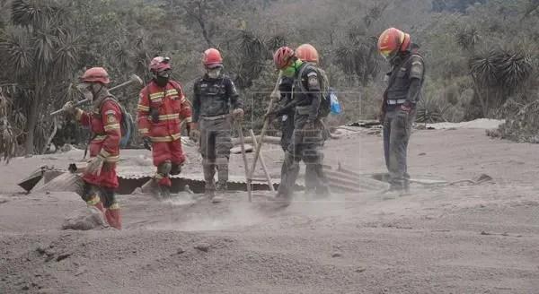 Los cuerpos fueron hallados entre los escombros de la comunidad de San Miguel Los Lotes, la cual quedó soterrada bajo miles de toneladas de material volcánico.