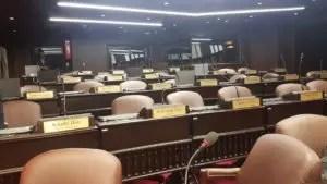 Así lucían las sillas de legisladores del PRM. Foto: Degnis De León.