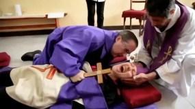 El padre Acuña practica uno o dos exorcismos por semana en su iglesia de Santos Lugares en Buenos Aires.