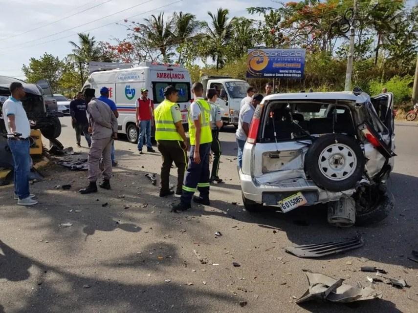 El primer accidente aconteció justamente frente a la entrada al Aeropuerto Internacional General Gregorio Luperón, cuando chocaron una yipeta marca Honda modelo CRV de color gris placa G015085 y una minivan marca Toyota modelo Sienna de color azul, placa I081044.