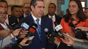El ministro de Turismo, Francisco Javier García, mientras habla con la prensa.  fuente externa