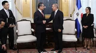 El presidente Danilo Medina recibió en Palacio Nacional al consejero de Estado y ministro de Relaciones Exteriores de la República Popular de China, Wang Yi.