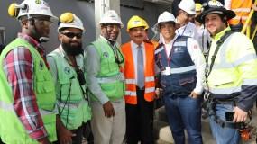 El presidente Medina acompañado de trabajadores de Punta Catalina en Baní.  fuente externa