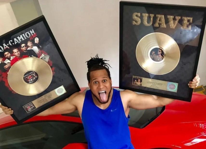 El artista urbano el Alfa está emocionado con sus dos discos de oro.  FUENTE EXTERNA