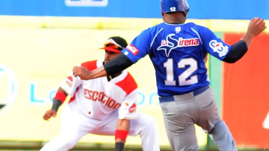 Anderson Hernández llega  quieto  a  segunda, mientras el torpedero Willi Castro intenta ponerlo fuera.  Nicolás Monegro