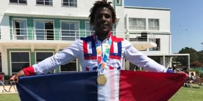 El dominicano  Deury Corniel  celebra con la bandera.