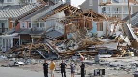 Rescatistas buscan sobrevivientes en la localidad de Mexico Beach, Florida, tras el paso del huracán Michael. (AP Foto/Gerald Herbert)