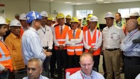 El presidente Medina escucha las explicaciones de uno de los técnicos de Punta Catalina. Foto: Fuente externa.
