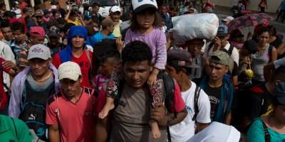 Los migrantes iniciaron la marcha por la madrugada, sin desayunar, y esperaban caminar unos 40 kilómetros hasta Zacapa, la población siguiente en la ruta.