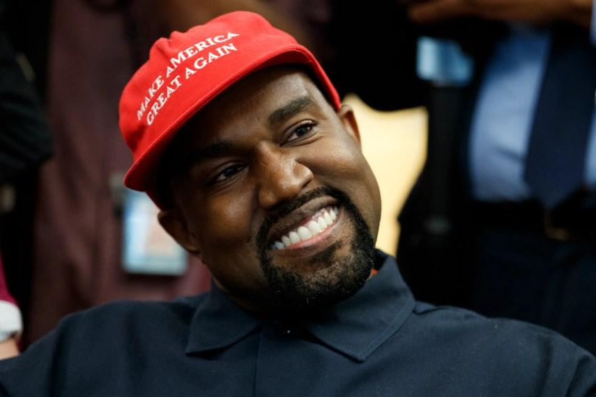 El rapero Kanye West sonríe mientras escucha la pregunta de un reportero durante una reunión con el presidente Donald Trump en la Oficina Oval de la Casa Blanca, el jueves 11 de octubre del 2018, en Washington. (AP Foto/Evan Vucci)