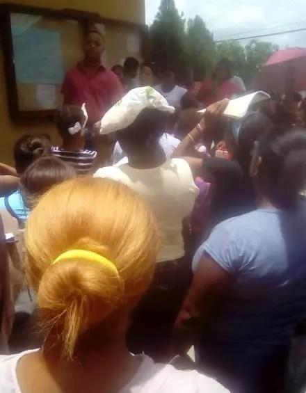 Padres amanecieron en liceo Matías Ramón Mella en Villa Mella en busca de un cupo para inscribir a sus hijos